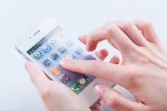 与空白iphone的妇女的手指4 4s 免版税库存图片