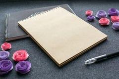 与空的写生簿的有棕色牛皮纸的大模型或笔记本, 库存图片