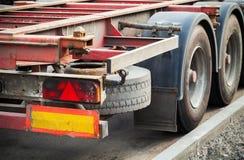 与空的卡车货物拖车尾灯的后面部分在沥青的 免版税库存照片