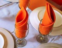 与空的厨具和白色桌布的服务的桌 清洗在桌照片的diningware 库存照片