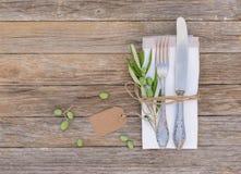 与空的名牌的地中海桌餐位餐具 免版税库存照片
