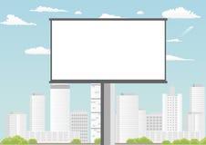 与空的屏幕的广告牌反对摩天大楼和蓝色多云天空 免版税图库摄影