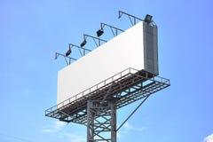 与空的屏幕的广告牌,反对蓝色多云天空 库存照片