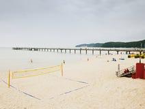 与空的排球操场和很少人的早晨海滩 库存照片
