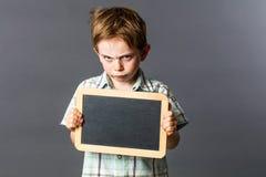 与空的文字板岩的疯狂的小孩生气的态度的 库存照片