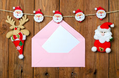 与空的明信片的圣诞节信封在木背景 库存图片
