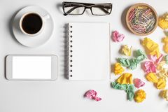 与空的智能手机的杂乱办公室桌 免版税库存图片