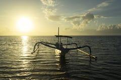 与空的渔船的美好的日出 免版税库存图片