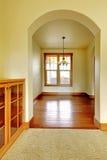 与空的空间和木头机柜的曲拱。 新的豪华家庭内部。 免版税图库摄影
