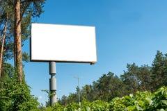 与空的空间的空白的广告牌 免版税库存照片
