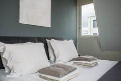 与空的绘画的组成的床 免版税库存图片