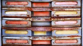与空的被标记的抽屉的生锈的架子 免版税库存照片