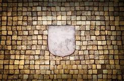 与空的象征要素的金黄马赛克墙壁 免版税库存图片