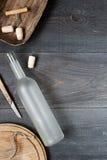 与空的酒瓶的葡萄酒黑暗的背景 免版税库存照片