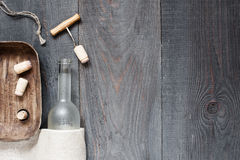 与空的酒瓶的葡萄酒黑暗的背景 库存照片