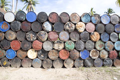 与空的金属的被堆的上流滚磨,努沙Penida巴厘岛,印度尼西亚 图库摄影