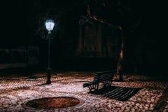 与空的长凳和灯笼的构成 图库摄影