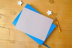 与空间的牛皮纸板料您的在一个蓝色笔记薄的文本的 平的位置,顶视图照片大模型 库存照片