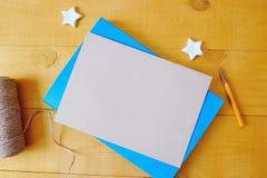 与空间的牛皮纸板料您的在一个蓝色笔记薄的文本的 平的位置,顶视图照片大模型 图库摄影