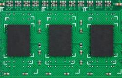 与空间的特写镜头三芯片在绿色PCB的文本的 免版税库存图片