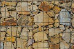 与空间的艺术粗砺的被传统化的质地横幅文本的 金属滤网拿着许多石头 库存图片