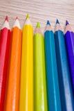 与空间的另外色的铅笔照片文本的 彩虹颜色七支铅笔在桌上说谎 Copyspace 回到学校 图库摄影