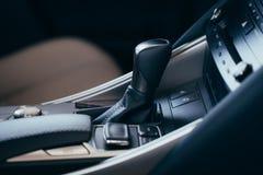 与穿孔的皮革的选择器自动传输在一辆现代昂贵的汽车内部 r 免版税库存图片