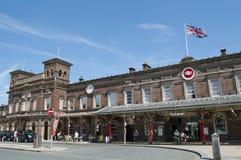 与突出地放弃的英国国旗的彻斯特火车站,彻斯特,英国 免版税库存照片