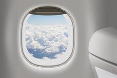 与窗口和椅子的飞机或喷气机内部 库存图片