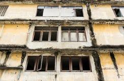 与窗口框架的被放弃的大厦  库存图片
