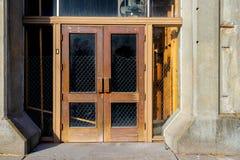 与窗口的古色古香的修造的双门 免版税库存照片