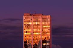 与窗口的大厦在日落的金黄颜色 库存图片
