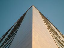 与窗口的摩天大楼壁角风景 免版税库存图片