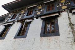 与窗口的美丽的白色大厦 免版税库存图片