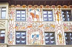 与窗口的美丽的被绘的门面关闭在老镇卢赛恩,瑞士 库存图片