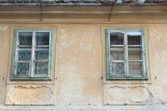 与窗口的老大厦在朽烂 免版税库存照片