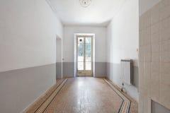 与窗口的老,空的室内部和铺磁砖的地板 库存照片