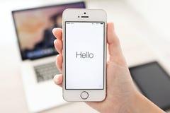 与窗口活化作用的IPhone 5S在手中,当安装IOS8时 免版税库存图片