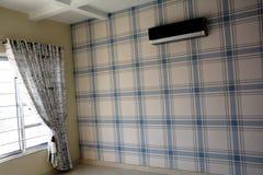 与窗帘的室内部墙纸设计 库存图片