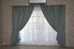 与窗帘的室内部墙纸设计 库存照片