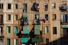 与窗帘的贫民窟公寓在Raval,巴塞罗那,西班牙 免版税库存图片