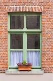 与窗槛花箱的传统砖房子窗口 免版税库存照片