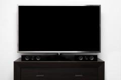 与立体音响系统的空白的电视在棕色洗脸台 库存图片
