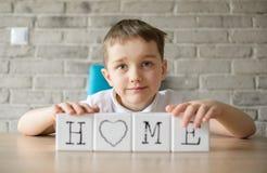 与立方体的儿童游戏和在词汇集它 免版税库存照片