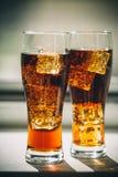 与立方体的美丽的冷的泡沫腾涌的可乐苏打冰 免版税库存照片