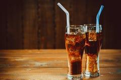 与立方体的美丽的冷的泡沫腾涌的可乐苏打冰 免版税库存图片