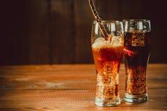 与立方体的美丽的冷的泡沫腾涌的可乐苏打冰 库存图片