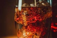 与立方体的美丽的冷的泡沫腾涌的可乐苏打冰 库存照片
