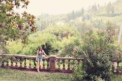 与站立和冥想自然的妇女的五颜六色的夏天树 的女孩太阳镜单独走在森林里的 免版税库存图片