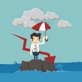 与站立在海的伞的商人 免版税库存照片